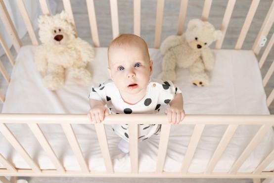 Mlada mamica s svojimi vzgojnimi tehnikami sprožila vročo debato: »Otroške posteljice so ječe.«