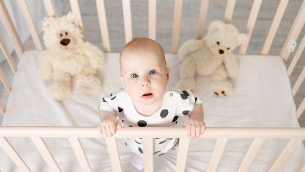 Mlada mamica s svojimi vzgojnimi tehnikami sprožila vročo debato: »Otroške posteljice so ječe.« (foto: Shutterstock)