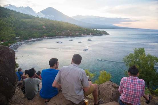 Tujci brez mask morajo na Baliju delati sklece