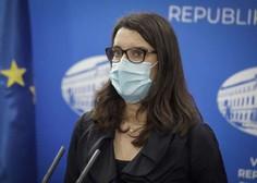 Kustečeva: Učitelji in vzgojitelji bodo morali maske nositi ves čas, učenci zunaj učilnic