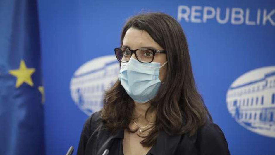 Kustečeva: Učitelji in vzgojitelji bodo morali maske nositi ves čas, učenci zunaj učilnic (foto: Anže Malovrh/STA)