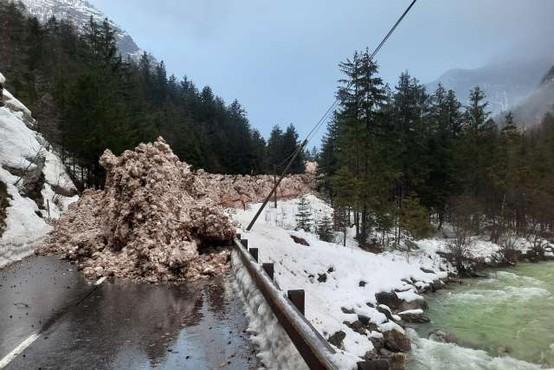 Zaradi snežnih plazov težave v cestnem prometu