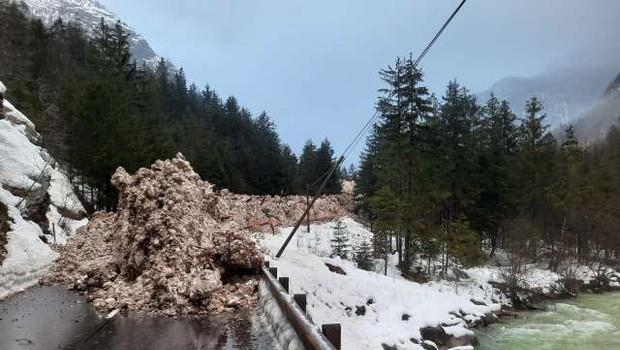 Zaradi snežnih plazov težave v cestnem prometu (foto: STA)