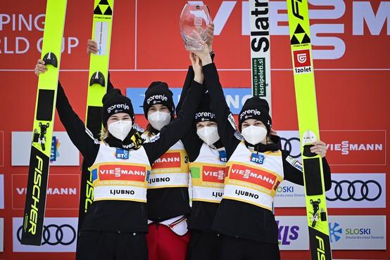 Slovenske smučarske skakalke prvič zmagale v ekipni tekmi svetovnega pokala