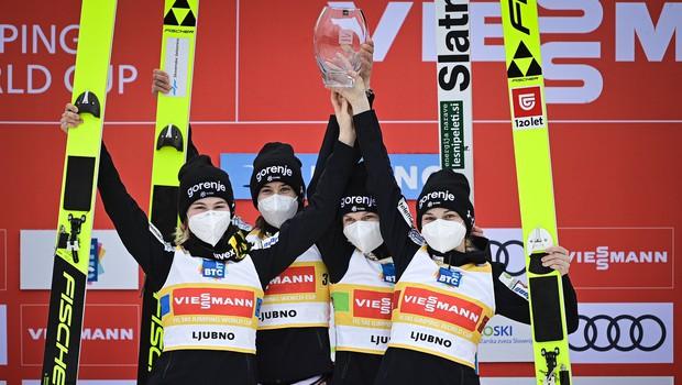 Slovenske smučarske skakalke prvič zmagale v ekipni tekmi svetovnega pokala (foto: Smučarska zveza Slovenije)