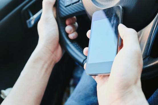 Policisti do 7. februarja poostreno nad uporabo telefonov med vožnjo