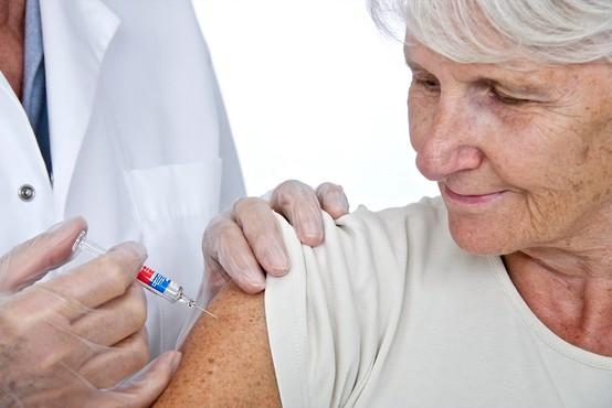 AstraZeneca se brani očitkov o nizki učinkovitosti cepiva pri starejših