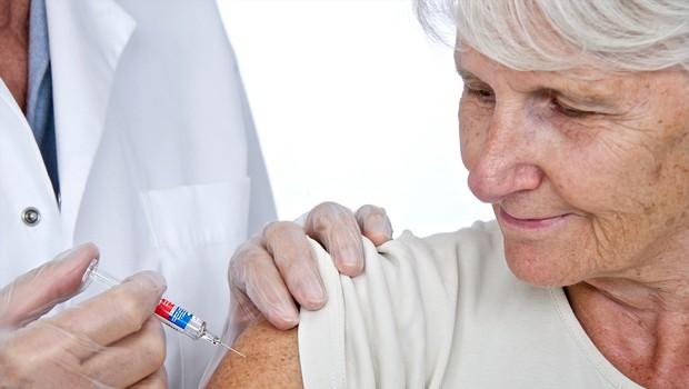 AstraZeneca se brani očitkov o nizki učinkovitosti cepiva pri starejših (foto: Profimedia)