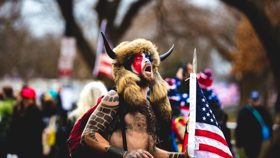 Razmišljanje rogonosca ali kako funkcionira miselni svet sledilcev Trumpa (foto: Shutterstock)