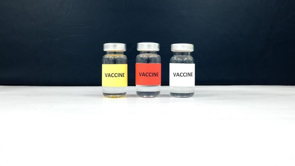 """""""Izbirajte, s katero vrsto cepiva se želite cepiti, na voljo pa je le kitajsko!"""" (foto: profimedia)"""