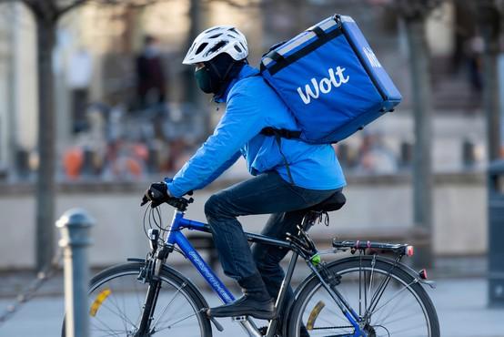 Wolt razkriva trende dostave hrane domov: Slovenci najraje naročamo burgerje in pice