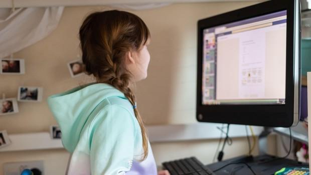 Šole v zasavski in obalno-kraški regiji se s ponedeljkom vračajo na pouk na daljavo (foto: Profimedia)