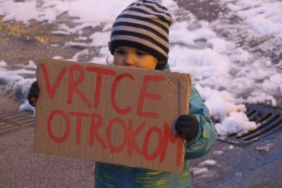 V več krajih po državi starši z otroki protestirali proti zaprtju šol in vrtcev