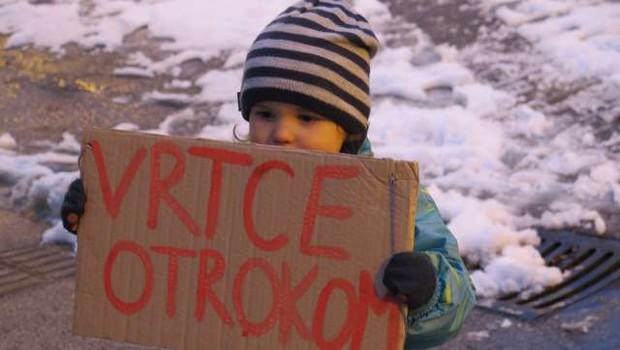 V več krajih po državi starši z otroki protestirali proti zaprtju šol in vrtcev (foto: STA/Andreja Seršen Dobaj)