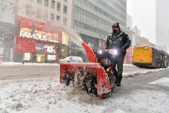 Severovzhod ZDA zajelo veliko snežno neurje, v New Yorku pričakujejo pol metra snega