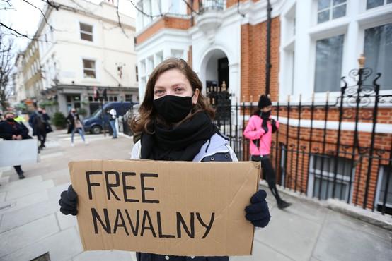 Sodišče Navalnemu odredilo več kot tri leta zapora
