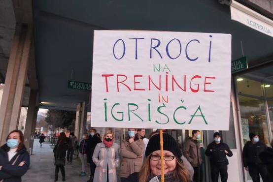 Vlada danes o delovanju šol v prihodnjem tednu, šolarji in dijaki napovedujejo proteste
