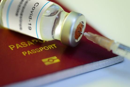 Potni listi o cepljenju proti covidu-19 vzbujajo tudi pomisleke o diskriminaciji