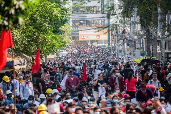 Protestniki proti vojaškemu prevratu v Mjanmaru ne popuščajo
