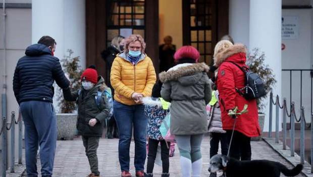 V torek v šole odhajajo vsi učenci prvih treh razredov, znova bodo odprti vsi vrtci (foto: Daniel Novakovič/STA)