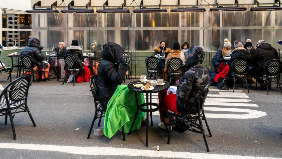 V ZDA 25-odstotni padec novih okužb, v New Yorku se odpirajo restavracije tudi v notranjih prostorih (foto: Profimedia)