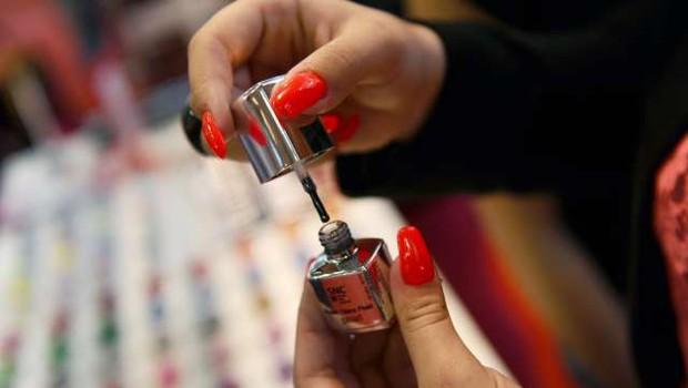 Večina kozmetičnih salonov zaradi obveznih testiranj ostaja zaprta (foto: Tamino Petelinšek/STA)