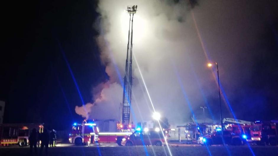 V Kranju požar uničil objekt s trgovino, lokalom in vrtcem (foto: GRS Kranj)