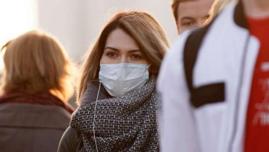 Katere so bolj primerne - medicinske ali nemedicinske maske? (foto: Xinhua/STA)