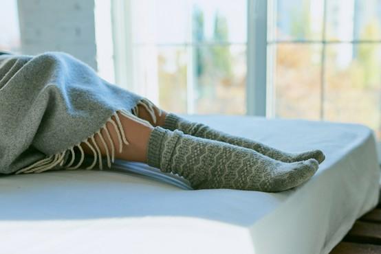 Spanje z nogavicami ali brez? Zdravnica razložila, kaj je pravilna odločitev