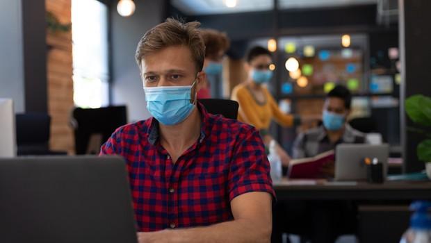Pritisk na bolnišnice še naprej popušča, v ponedeljek potrdili 740 okužb (foto: Profimedia)