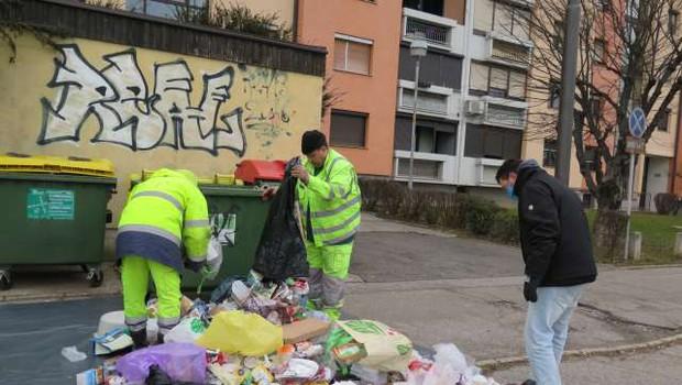 """""""Ni mi treba ločevat odpadkov, saj živim v bloku in me ne morejo kaznovat"""" (foto: Andreja Seršen/STA)"""