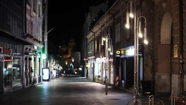 Vlada podaljšala nekatere ukrepe, med drugim omejitev gibanja ponoči (foto: Daniel Novakovič/STA)