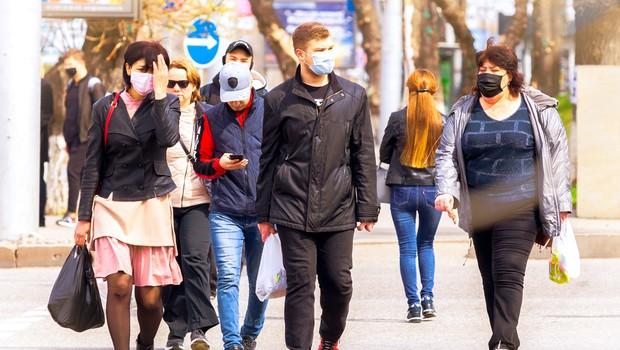 Optimizem narašča ob podatkih, da se že peti teden na svetovni ravni zmanjšuje število okužb (foto: Shutterstock)