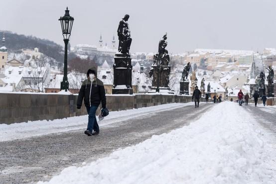 Britanska različica kriva za ponovno naraščanje okužb na Češkem, nositi bo treba dve kirurški maski