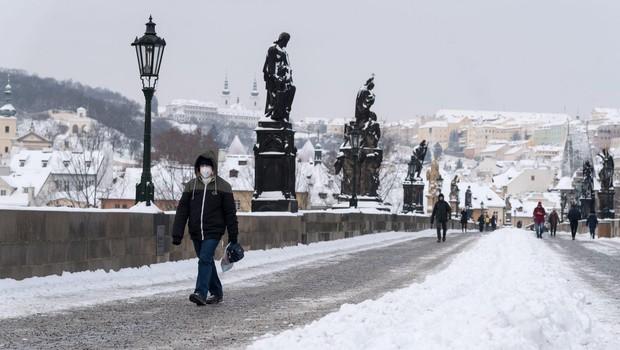 Britanska različica kriva za ponovno naraščanje okužb na Češkem, nositi bo treba dve kirurški maski (foto: Profimedia)