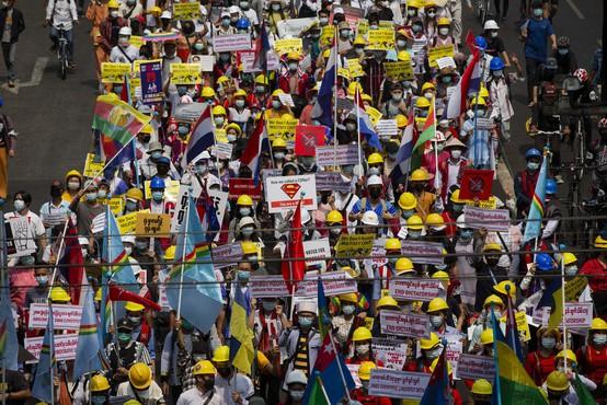 Protesti proti vojaškemu prevzemu oblasti v Mjanmaru terjali prvo žrtev