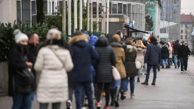 Trend upadanja okužb se upočasnjuje, ponovno se krepijo nekatera žarišča po državi (foto: Daniel Novakovič/STA)