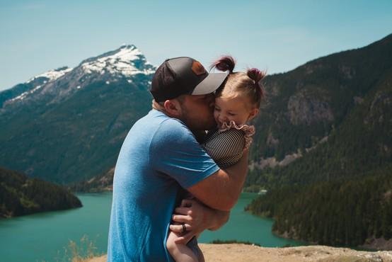 Če je mati samska, je njena dolžnost, da poišče moškega, ki bo otroku lahko vzor