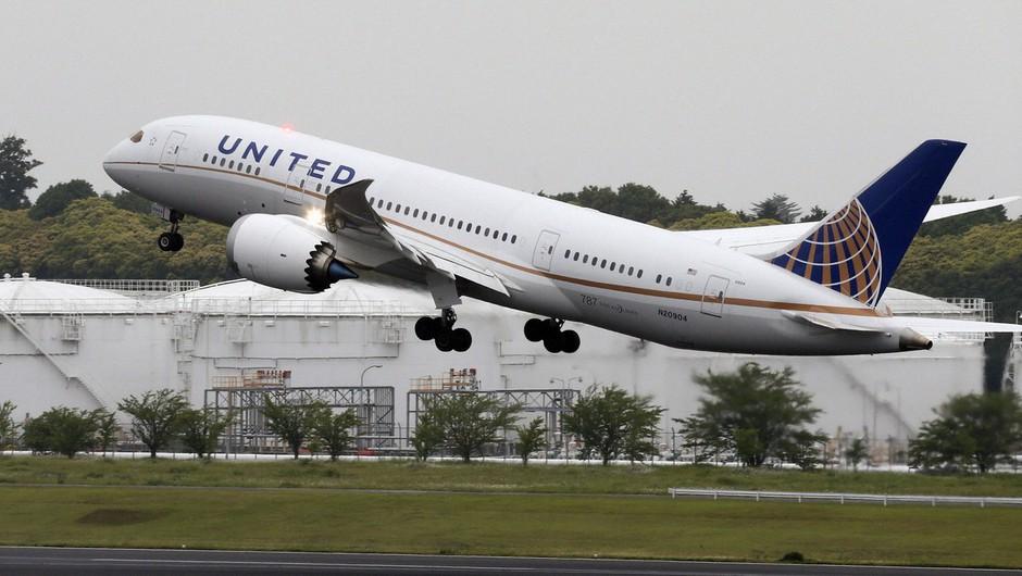 """Z neba """"deževali"""" ostanki letalskega motorja, ki ga je razneslo kmalu po vzletu (foto: profimedia)"""