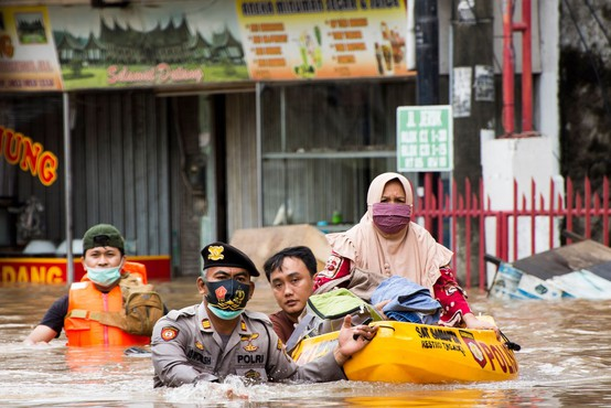 Zaradi monsunskega deževja pod vodo ulice indonezijske prestolnice