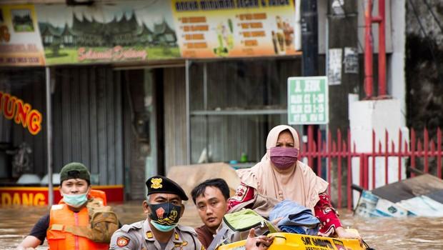 Zaradi monsunskega deževja pod vodo ulice indonezijske prestolnice (foto: profimedia)