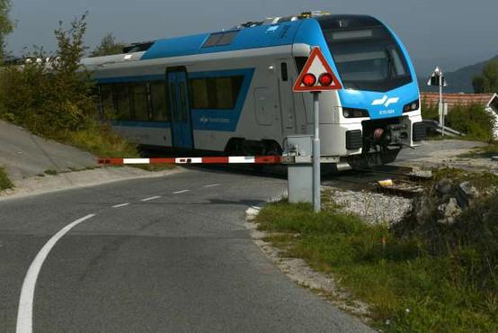 Lani varnostno urejenih 33 nivojskih železniških prehodov