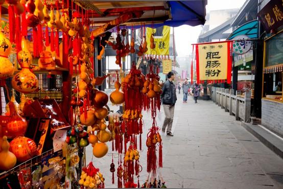 Kitajec se je odločil krepiti svoje trebušne mišice na vrhu električnega stebra