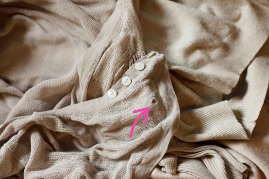 Saj veste za tiste male luknje na vaših oblačilih? Ne boste verjeli, kaj jih povzroča (in NISO molji!)