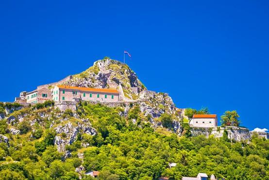 V hrvaškem Kninu danes rekordnih več kot 25 stopinj Celzija