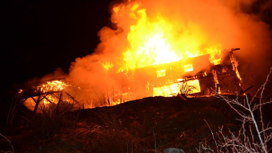 Požar popolnoma uničil Mozirsko kočo na Golteh (foto: PU Celje)