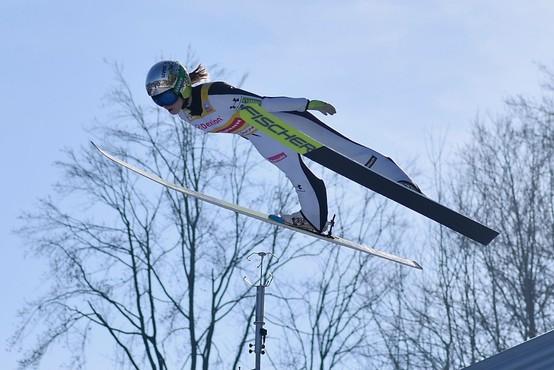 Po zlati Emi Klinec slovenske skakalke srebrne na ekipni tekmi