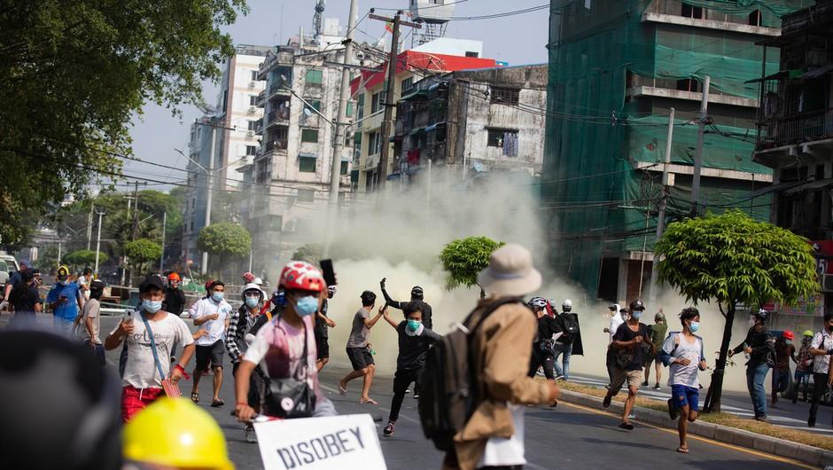 Mjanmarska vojska še z večjo silo nad protestnike, odpoklicali veleposlanika v ZN (foto: profimedia)