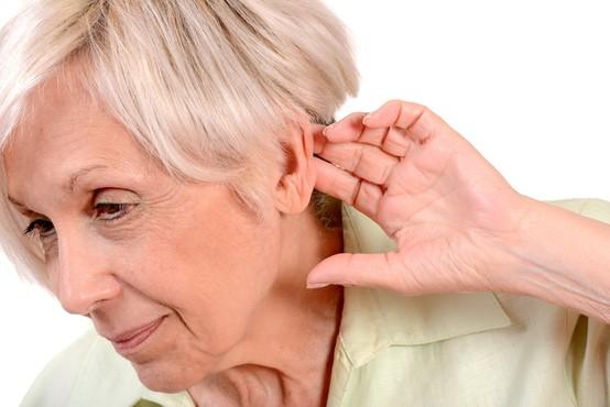 Okoli četrtina Zemljanov bo glede na ocene do leta 2050 vsaj delno izgubila sluh