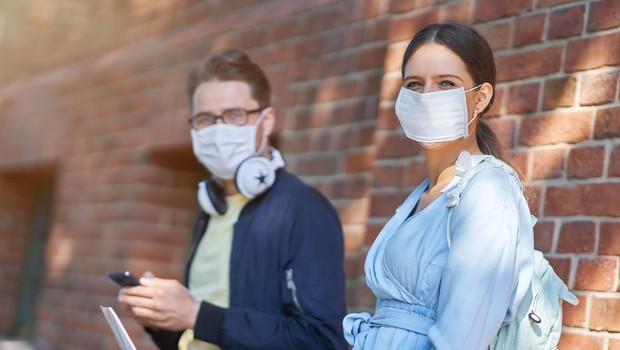 V ponedeljek potrdili 729 okužb, sedemdnevno povprečje padlo na 736 (foto: Profimedia)
